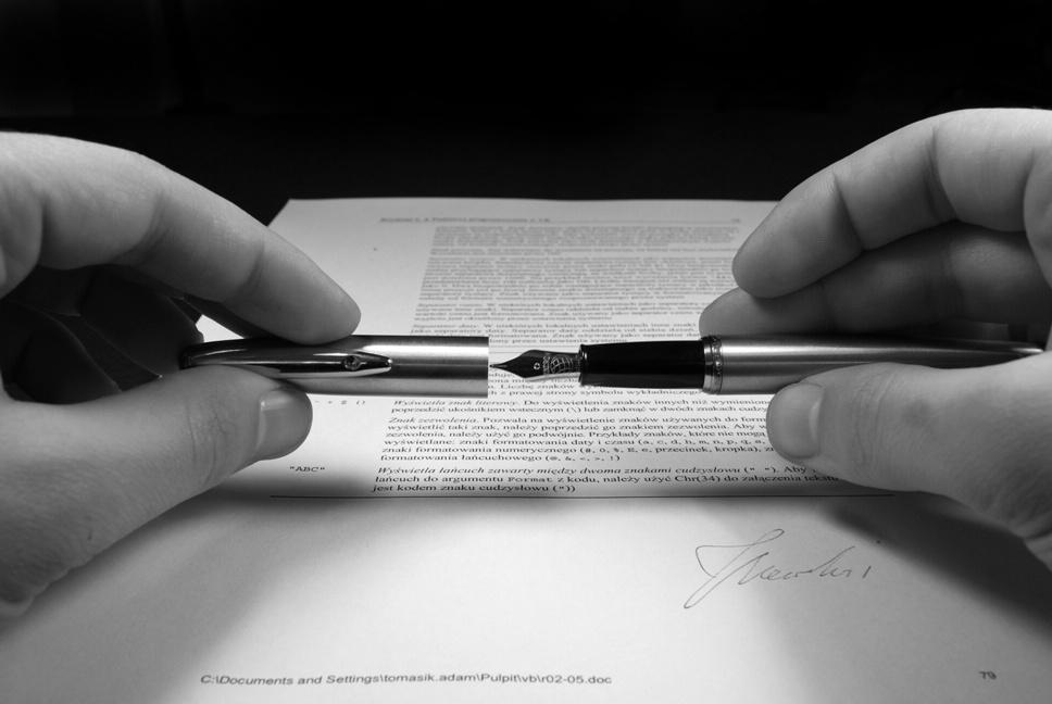 Firma di un contratto | © Adam Tomasik