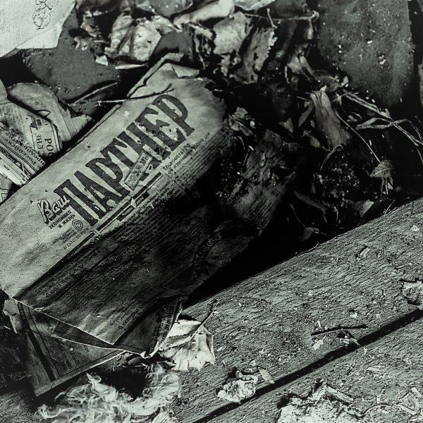 Giornale in russo, abbandonato | © Anastasia Polischuk