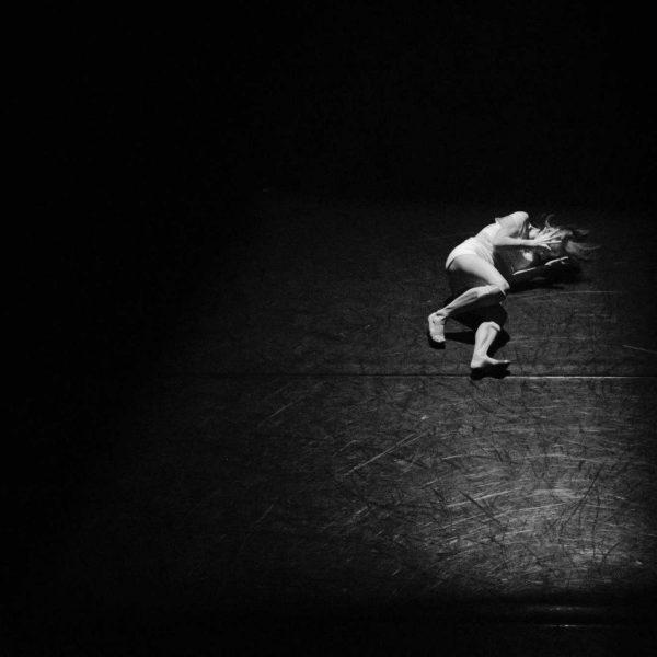 Donna su palcoscenico   © Hailey Kean