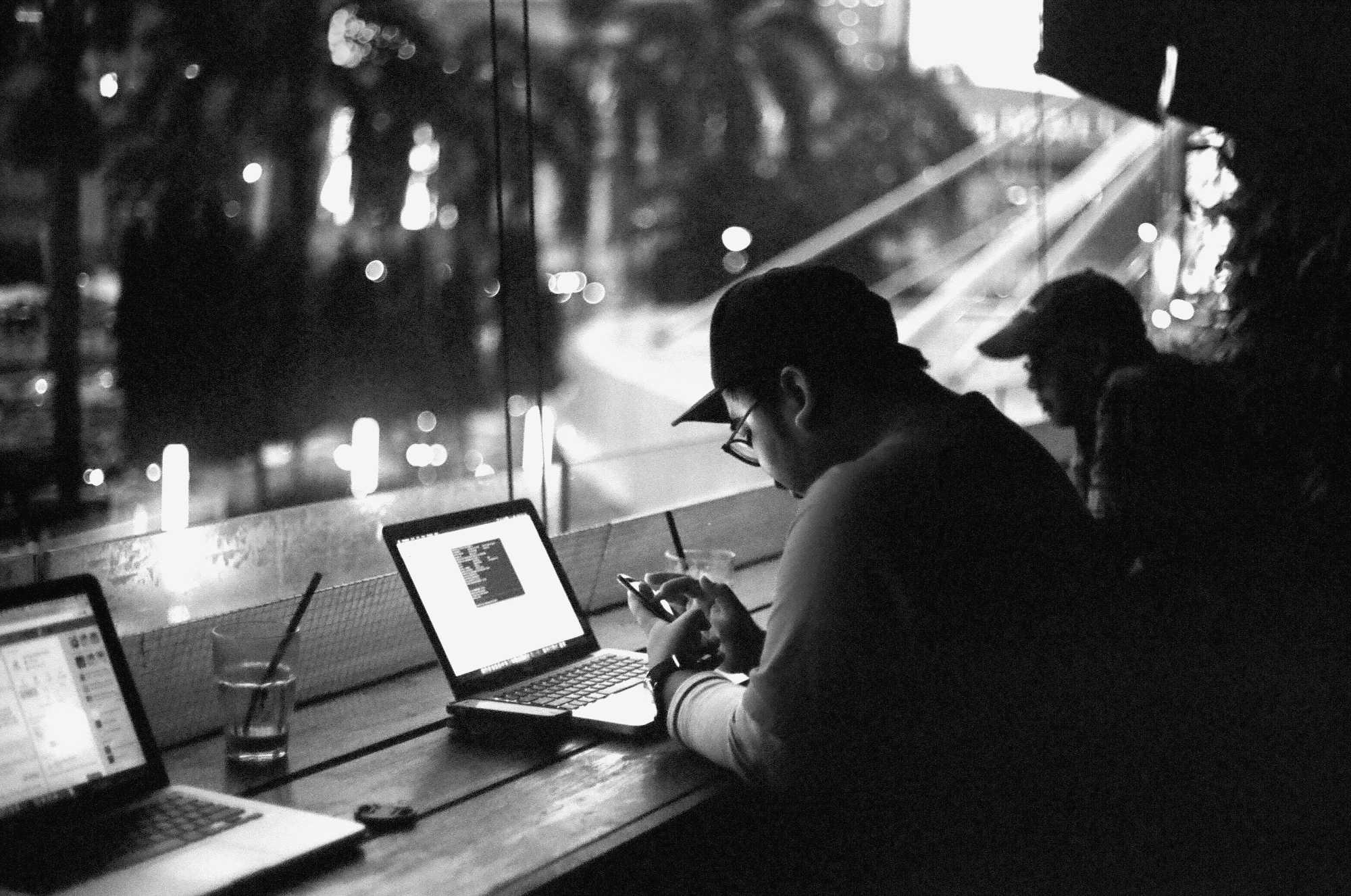 Uomo lavora al computer di notte   © Muhammad Raufan Yusup