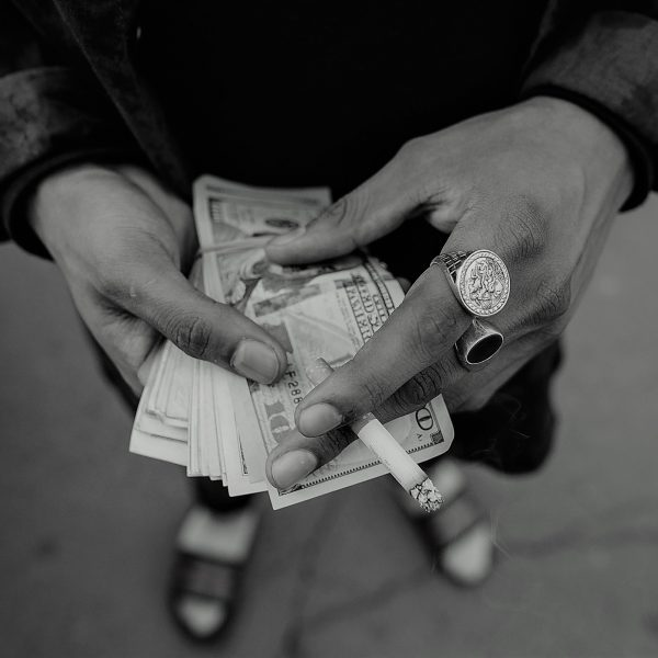 Mani e denaro   © Jeremy Paige
