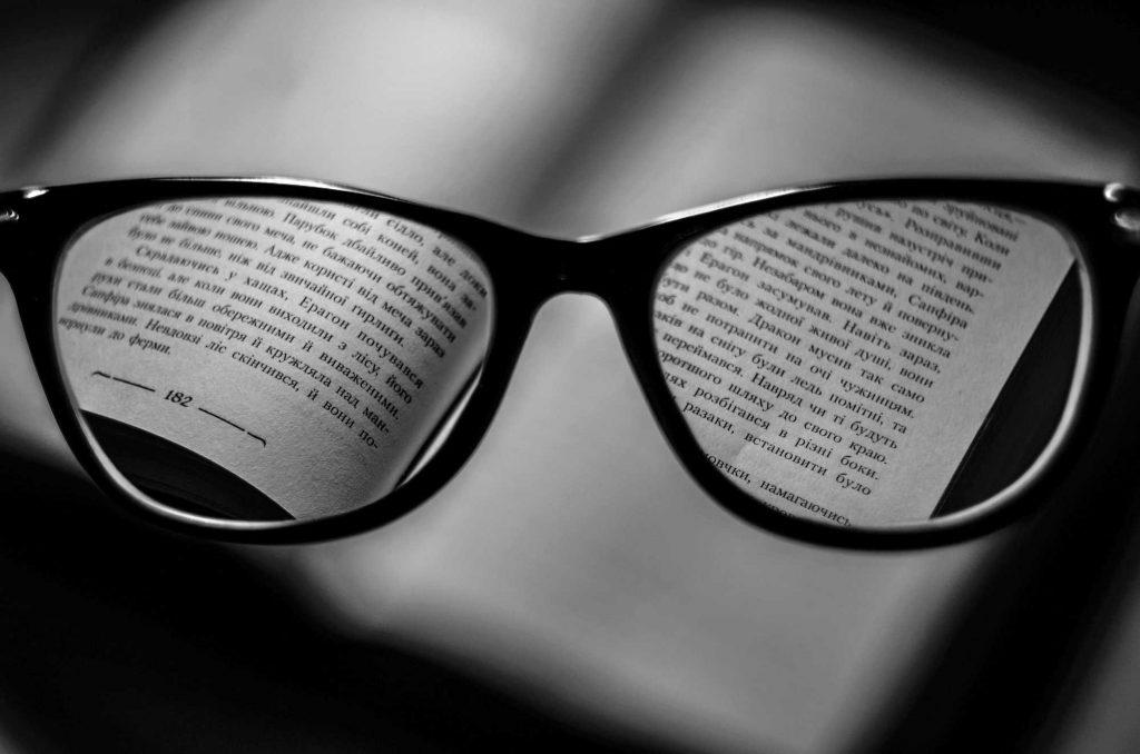 Occhiali su libro in lingua ucraina   © Dmitry Ratushny