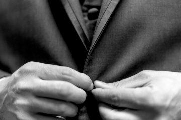 Uomo in giacca e gilet   © Andre Hunter