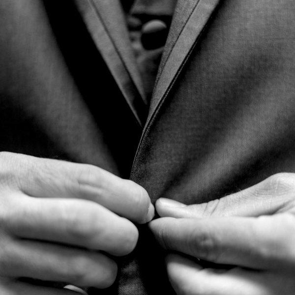 Uomo in giacca e gilet | © Andre Hunter