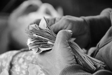 Anziana maneggia banconote | © Niels Steeman