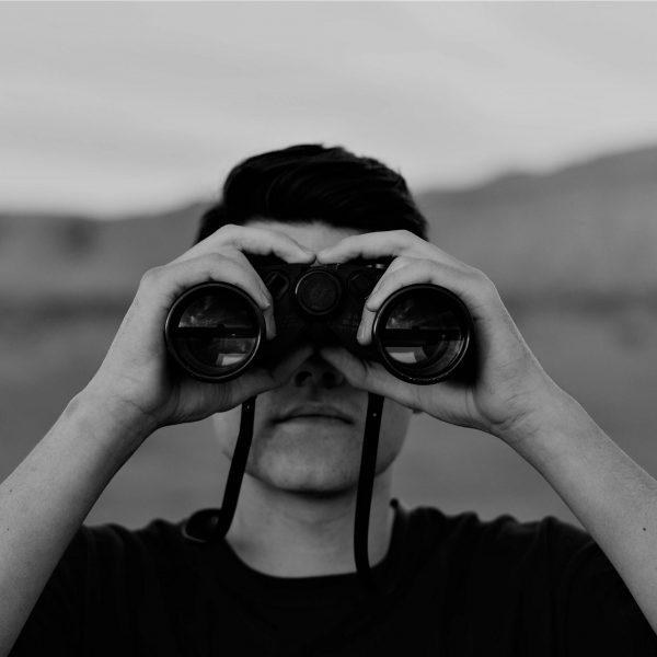 Uomo con binocolo | © Evan Kirby