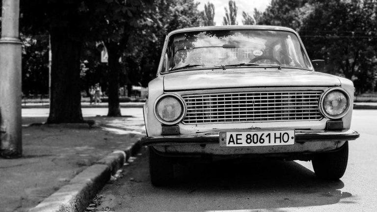 Auto di fabbricazione sovietica su licenza FIAT con targa ucraina   © John Mark Kuznietsov