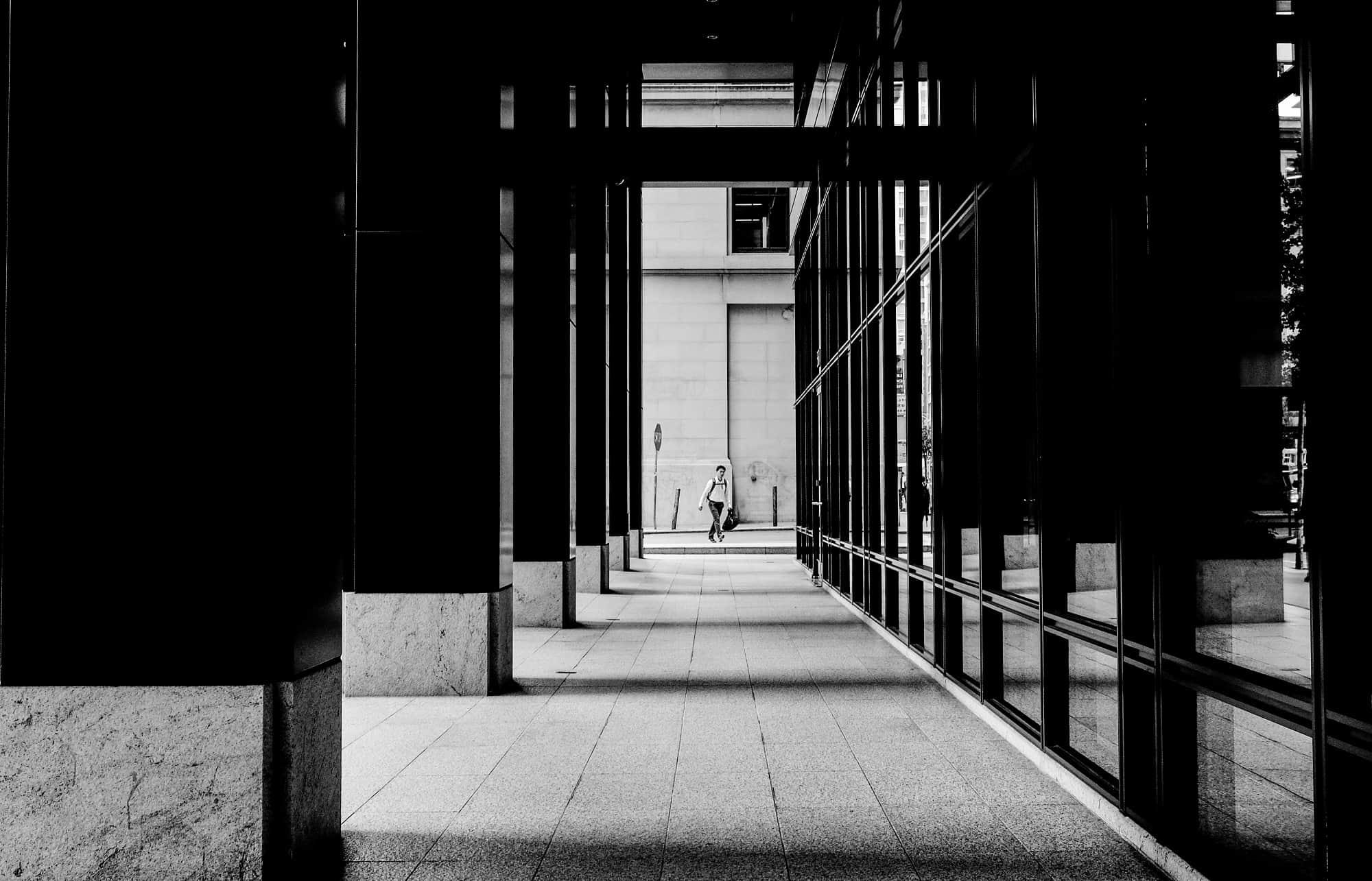 Uomo in fondo a un portico | © Owen Cl