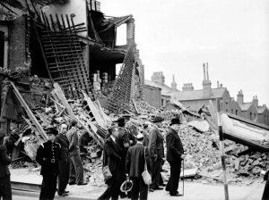 8 settembre 1940: Wisnton Churcill visita il West End di Londra bombardato | Foto storica