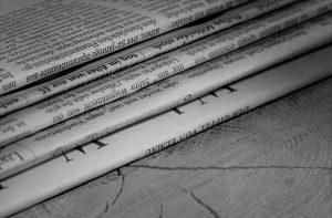 Giornali su legno | © Kara