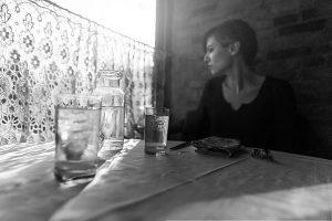 Ragazza in vecchio ristorante   © Ryan McGuire