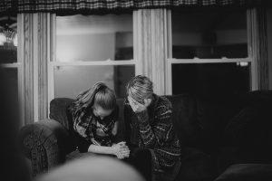 Donne su un divano | © Ben White
