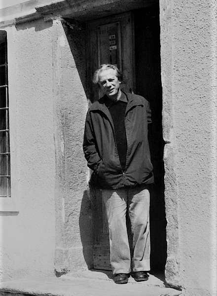 Don Michel Do di fronte alla chiesa di St-Jacques