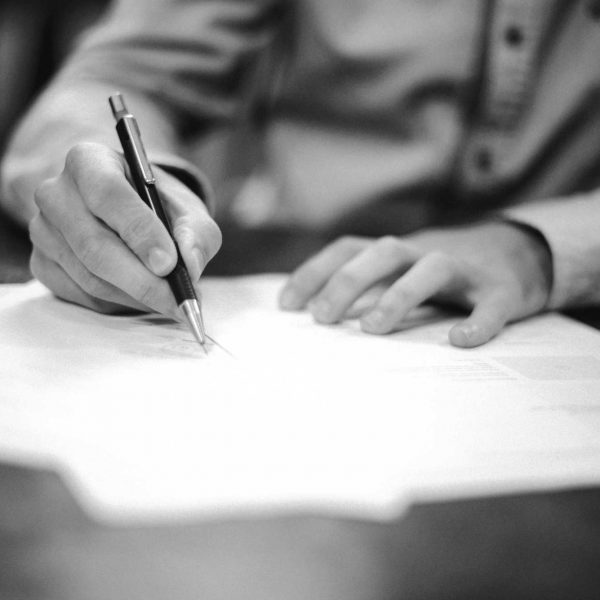Firma di un contratto | © Helloquence