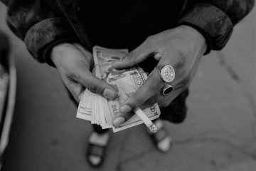 Mani e denaro | © Jeremy Paige