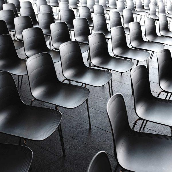 Sedie in aula | © Jonas Jacobsson