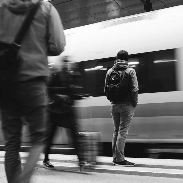 Treno e viaggiatori | © Mike Kotsch